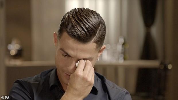 Ronaldo rơi lệ khi lần đầu tiên được nghe những lời khen của ông bố đã mất - Ảnh 2.