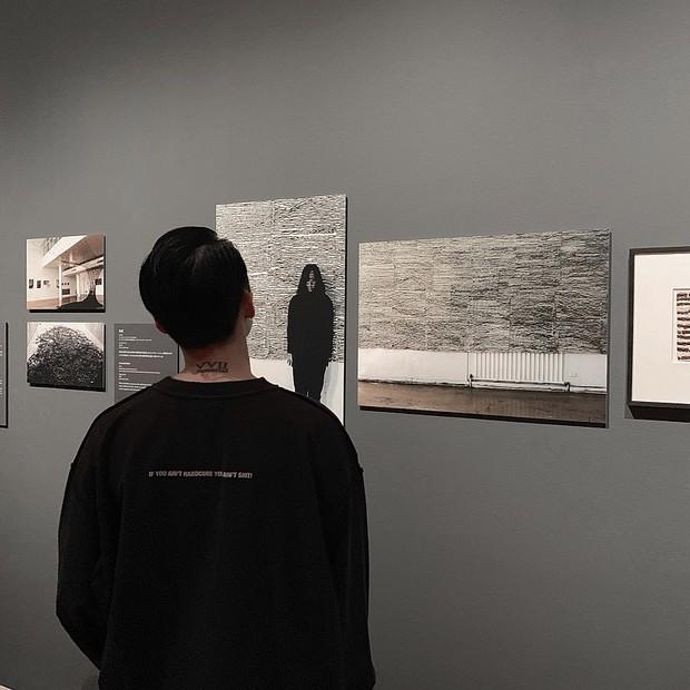 Ngược đời ghê: Sơn Tùng check-in rõ ngầu ở viện bảo tàng nghệ thuật, vậy mà fan xem ảnh lại tưởng… đang xây nhà - Ảnh 2.