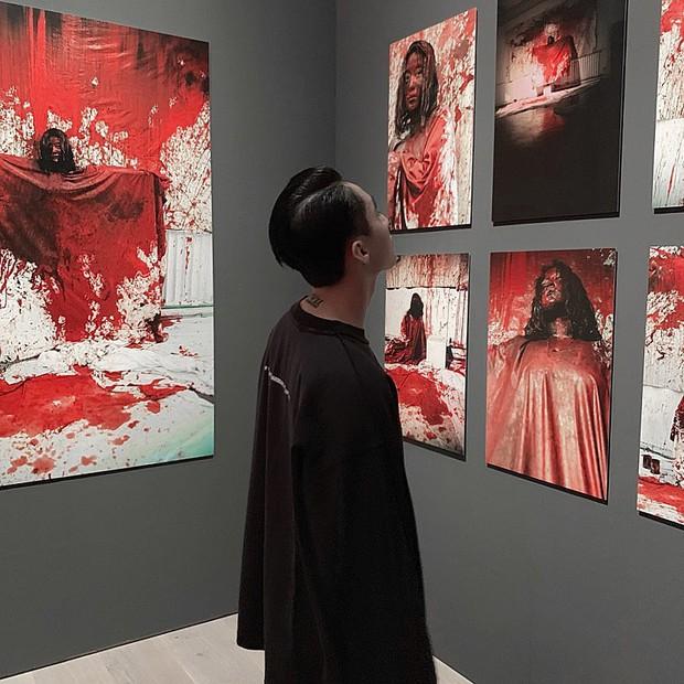 Ngược đời ghê: Sơn Tùng check-in rõ ngầu ở viện bảo tàng nghệ thuật, vậy mà fan xem ảnh lại tưởng… đang xây nhà - Ảnh 1.