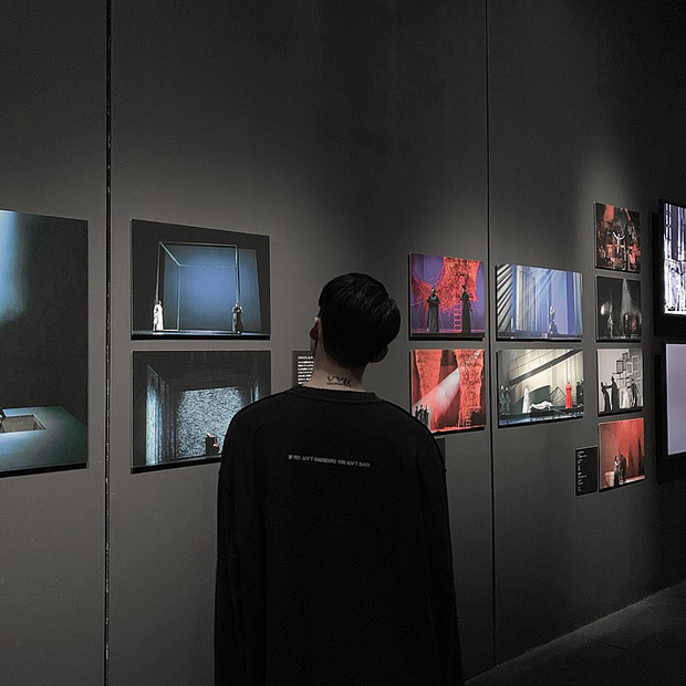 Ngược đời ghê: Sơn Tùng check-in rõ ngầu ở viện bảo tàng nghệ thuật, vậy mà fan xem ảnh lại tưởng… đang xây nhà - Ảnh 7.