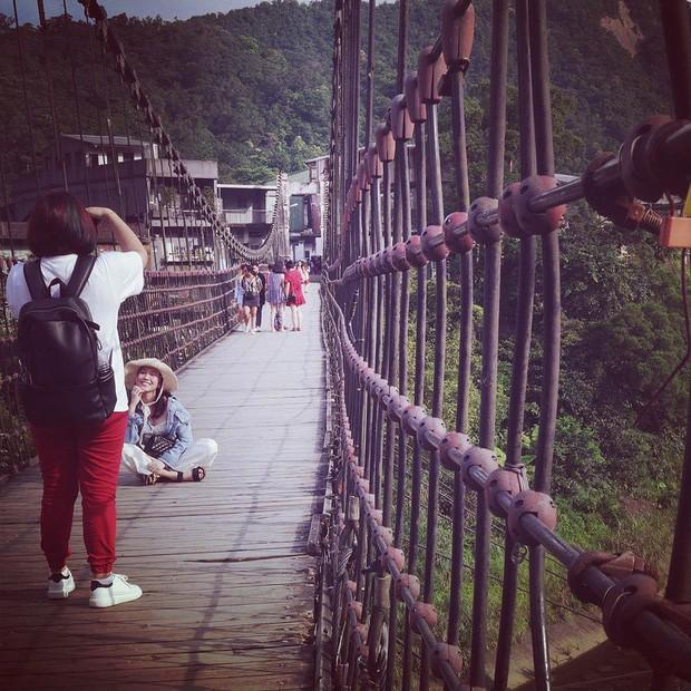 """Từ Việt sang Hàn, ai cũng mong đi du lịch có được người bạn chụp ảnh có tâm, sẵn sàng """"lăn xả"""" như Chi Pu - Diệu Nhi và Lisa - Rosé (BLACKPINK) - Ảnh 12."""