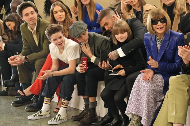 Gia đình Beckham dắt nhau đi sự kiện của mẹ: Harper nổi nhất nhà, gây choáng với màn dậy thì sau 7 tháng - Ảnh 2.