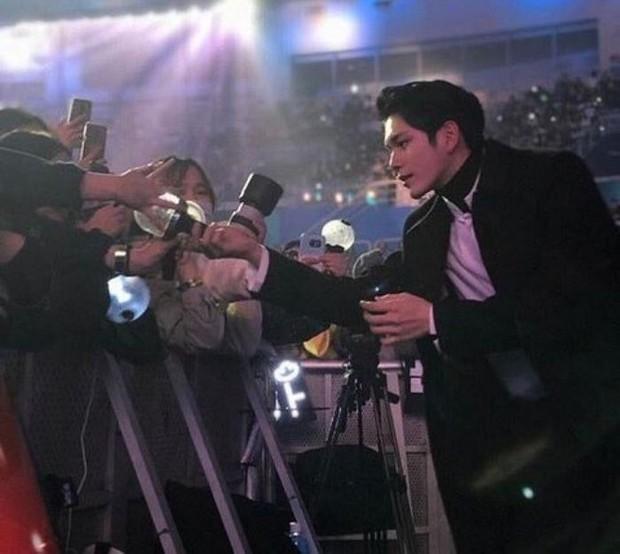 Top 7 idol Kpop nhan sắc thần thánh bất chấp cam thường: Idol đẹp trai nhất thế giới, Jennie hay nữ thần SM đỉnh hơn? - Ảnh 9.