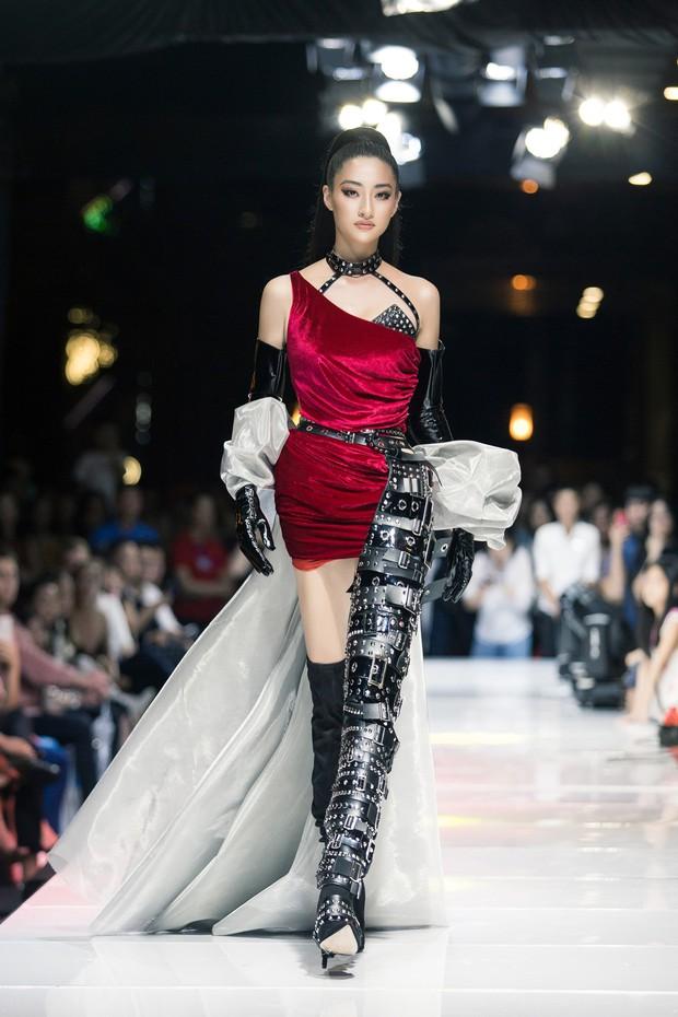 Tân Hoa hậu Lương Thùy Linh lột xác hầm hố, sải bước catwalk thần thái khó nhận ra sau 1 tháng đăng quang - Ảnh 9.