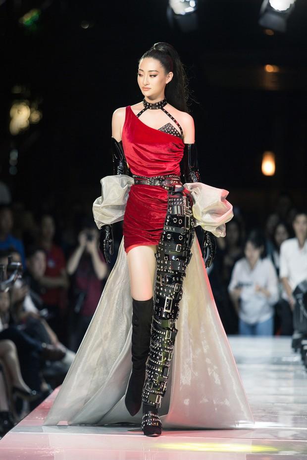 Tân Hoa hậu Lương Thùy Linh lột xác hầm hố, sải bước catwalk thần thái khó nhận ra sau 1 tháng đăng quang - Ảnh 11.