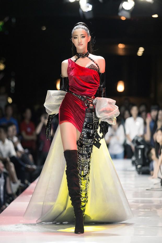 Tân Hoa hậu Lương Thùy Linh lột xác hầm hố, sải bước catwalk thần thái khó nhận ra sau 1 tháng đăng quang - Ảnh 10.