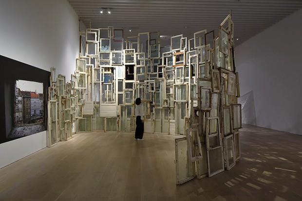 Ngược đời ghê: Sơn Tùng check-in rõ ngầu ở viện bảo tàng nghệ thuật, vậy mà fan xem ảnh lại tưởng… đang xây nhà - Ảnh 5.