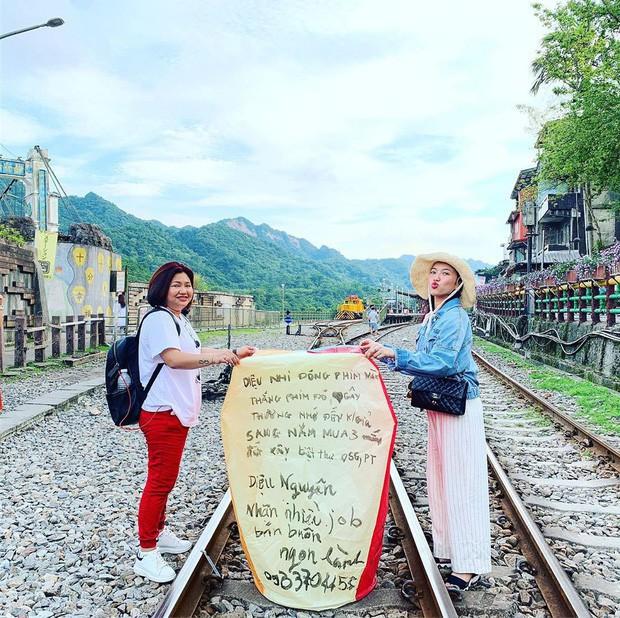 """Từ Việt sang Hàn, ai cũng mong đi du lịch có được người bạn chụp ảnh có tâm, sẵn sàng """"lăn xả"""" như Chi Pu - Diệu Nhi và Lisa - Rosé (BLACKPINK) - Ảnh 6."""