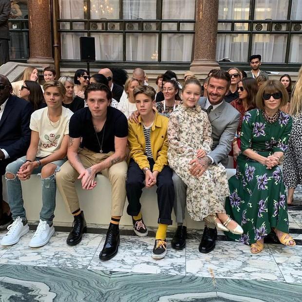 Ngồi chễm chệ trên hàng ghế đầu sát Tổng biên tập Vogue Anna Wintour, bé Harper chiếm trọn spotlight trong show của mẹ Vic - Ảnh 2.