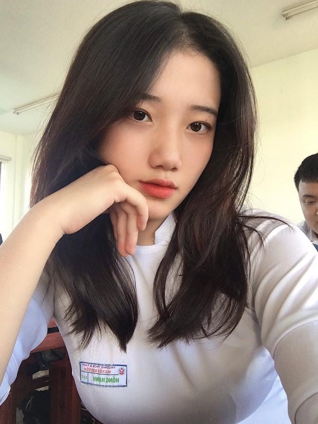 Hotgirl áo dài Đà Nẵng gây sốt bởi góc nghiêng cực giống Suzy, sở hữu hơn 12k follow Instagram và hàng chục clip triệu view - Ảnh 1.