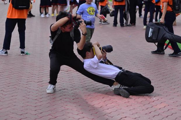 """Tạo dáng đỉnh cao như vũ công ba lê"""" lúc tác nghiệp chụp ảnh, hai nam sinh khiến dân mạng cười bò - Ảnh 1."""