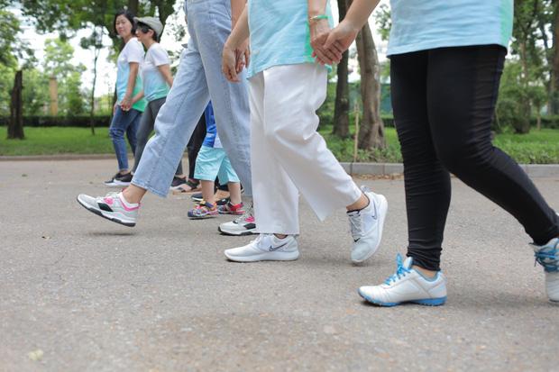 Từ câu chuyện Thủy Muối đi bộ 10 dặm sau khi cắt bỏ 1/3 lá phổi: Lợi ích không ngờ của việc đi bộ đẩy lùi ung thư - Ảnh 1.