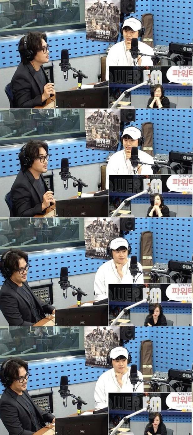 Suho (EXO) ghi điểm với hành động ngọt ngào cho hậu bối - Ảnh 1.
