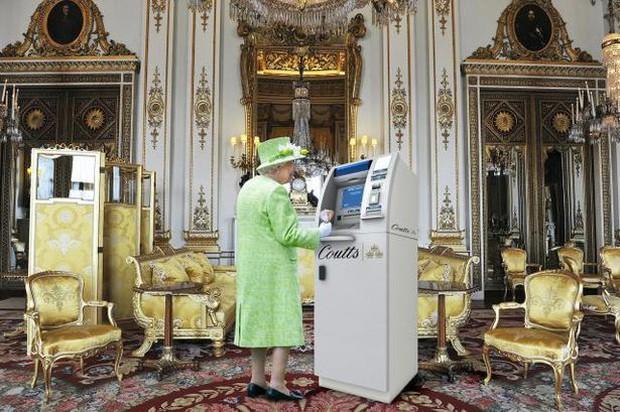 Tiết lộ mới gây choáng: Cây rút tiền ATM độc nhất vô nhị của Nữ hoàng Anh được cất giấu ngay trong Cung điện - Ảnh 1.