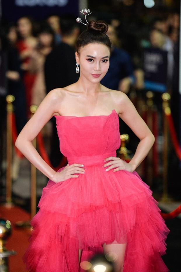 Đụng hàng với Bảo Anh, Ninh Dương Lan Ngọc trở thành nữ hoàng thảm đỏ Lotus nhờ món phụ kiện đặc biệt - Ảnh 1.
