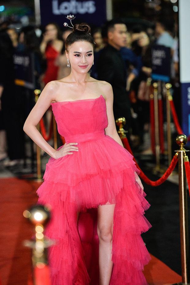 Đụng hàng với Bảo Anh, Ninh Dương Lan Ngọc trở thành nữ hoàng thảm đỏ Lotus nhờ món phụ kiện đặc biệt - Ảnh 2.
