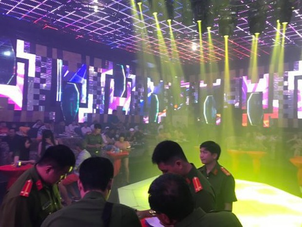 Hơn 150 khách và dân chơi chạy loạn khi cảnh sát đột kích quán bar - Ảnh 3.