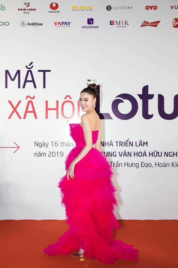 Đụng hàng với nữ ca sĩ Bảo Anh, Ninh Dương Lan Ngọc chỉ nhờ chi tiết điểm xuyết này mà trở thành nữ hoàng thảm đỏ Lotus - Ảnh 3.
