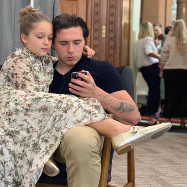 Ngồi chễm chệ trên hàng ghế đầu sát Tổng biên tập Vogue Anna Wintour, bé Harper chiếm trọn spotlight trong show của mẹ Vic - Ảnh 5.