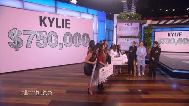 """""""Tỷ phú"""" Kylie Jenner khai pháo mùa 17 của """"The Ellen show"""" bằng phần quà 1 triệu đô la - Ảnh 5."""
