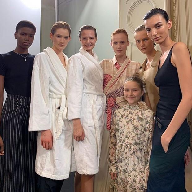 Ngồi chễm chệ trên hàng ghế đầu sát Tổng biên tập Vogue Anna Wintour, bé Harper chiếm trọn spotlight trong show của mẹ Vic - Ảnh 7.