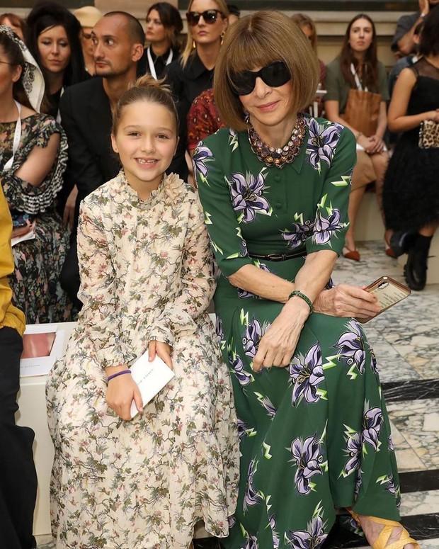 Ngồi chễm chệ trên hàng ghế đầu sát Tổng biên tập Vogue Anna Wintour, bé Harper chiếm trọn spotlight trong show của mẹ Vic - Ảnh 8.