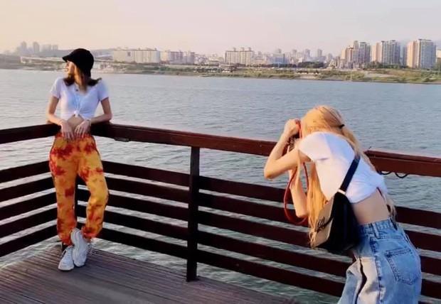 """Từ Việt sang Hàn, ai cũng mong đi du lịch có được người bạn chụp ảnh có tâm, sẵn sàng """"lăn xả"""" như Chi Pu - Diệu Nhi và Lisa - Rosé (BLACKPINK) - Ảnh 16."""