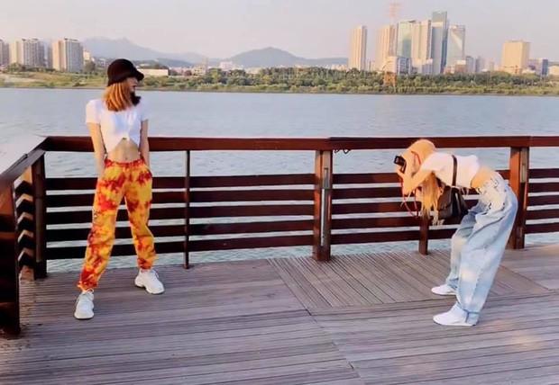 """Từ Việt sang Hàn, ai cũng mong đi du lịch có được người bạn chụp ảnh có tâm, sẵn sàng """"lăn xả"""" như Chi Pu - Diệu Nhi và Lisa - Rosé (BLACKPINK) - Ảnh 17."""