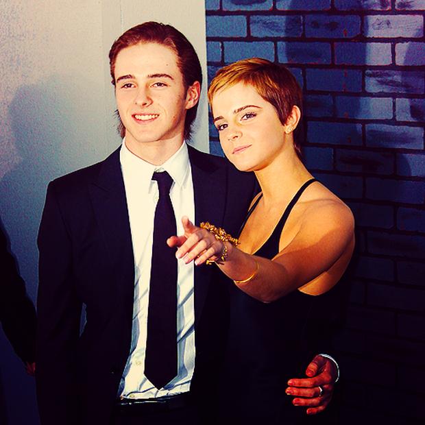 Màn dậy thì ngoạn mục của em trai Emma Watson bỗng hot trở lại: Nam thần ngày càng đẹp không lối thoát! - Ảnh 1.