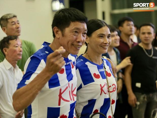 Quang Hải, Tiến Dũng cùng bố mẹ Văn Hậu lên sân bay tiễn cậu út lên đường sang Hà Lan lúc nửa đêm - Ảnh 3.