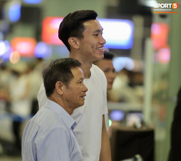 Quang Hải, Tiến Dũng cùng bố mẹ Văn Hậu lên sân bay tiễn cậu út lên đường sang Hà Lan lúc nửa đêm - Ảnh 7.