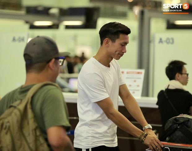 Quang Hải, Tiến Dũng cùng bố mẹ Văn Hậu lên sân bay tiễn cậu út lên đường sang Hà Lan lúc nửa đêm - Ảnh 1.