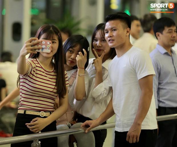 Quang Hải, Tiến Dũng cùng bố mẹ Văn Hậu lên sân bay tiễn cậu út lên đường sang Hà Lan lúc nửa đêm - Ảnh 5.