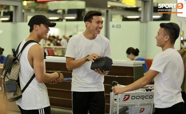 Quang Hải, Tiến Dũng cùng bố mẹ Văn Hậu lên sân bay tiễn cậu út lên đường sang Hà Lan lúc nửa đêm - Ảnh 2.