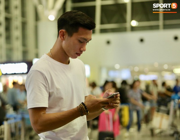 Văn Hậu gặp trục trặc khi bay về hội quân cùng ĐT Việt Nam đấu Malaysia, vẫn lạc quan dù phải nghỉ tại buồng ngủ 2m - Ảnh 1.