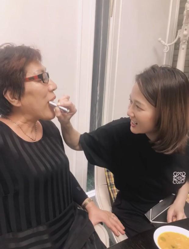 Ngày giỗ Kiều Nhậm Lương, Trần Kiều Ân sang nhà chăm sóc bố mẹ bạn thân khiến ai cũng cảm động trước tình bạn đẹp Cbiz - Ảnh 3.