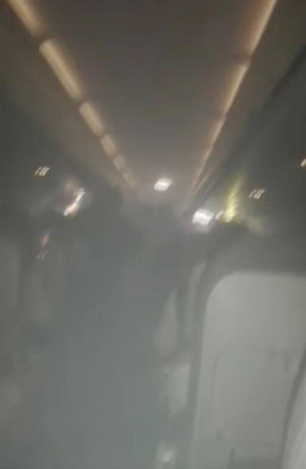 Hành khách hoảng loạn vì máy bay bỗng nhiên bốc cháy nhưng cách xử lý của phi hành đoàn lại khiến dân tình phản cảm - Ảnh 1.