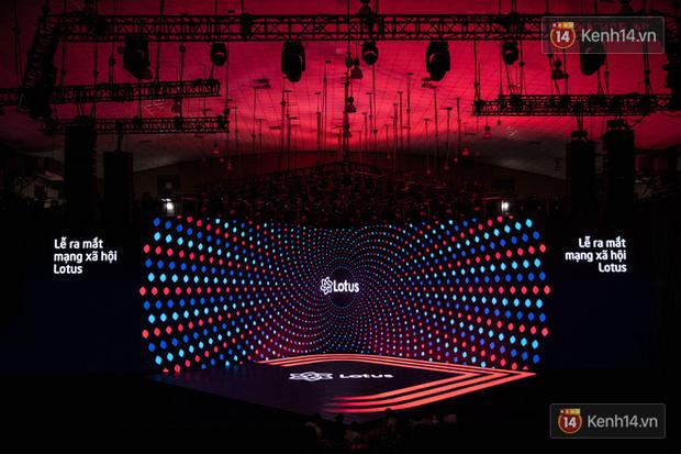 """Đạo diễn Việt Tú - chủ nhân của sân khấu 3D đỉnh cao trong đêm ra mắt MXH Lotus và bài chia sẻ tâm huyết: """"Hệ sinh thái kiến thức sẽ được mở rộng cho khắp chúng ta"""" - Ảnh 7."""