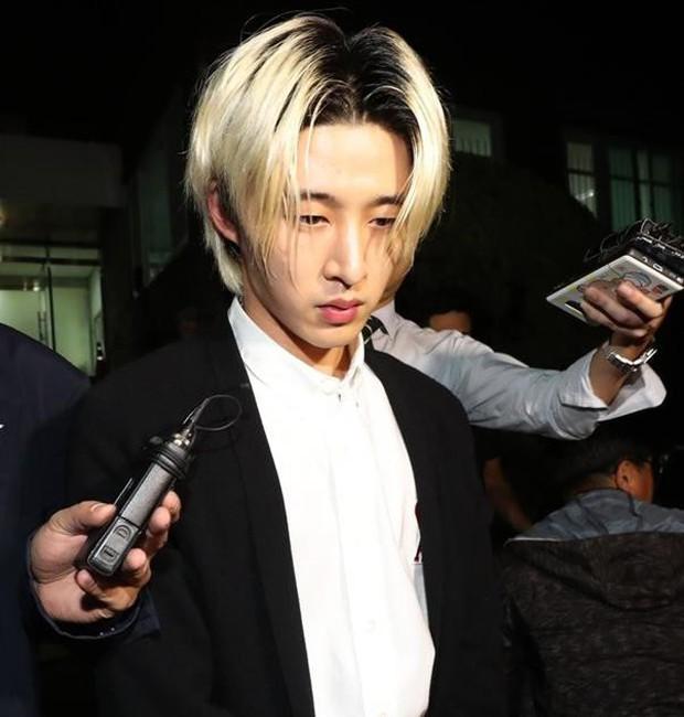 NÓNG: B.I (iKON) chính thức lộ diện sau 14 tiếng thẩm tra về ma túy với dáng vẻ gây sốc, thừa nhận một số cáo buộc - Ảnh 2.