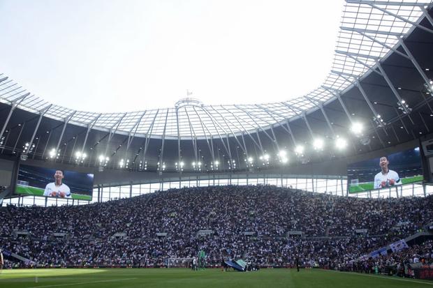 Góc một công đôi việc: Fan nữ đi xem đội bóng của Son Heung-min thi đấu mang theo cả kim chỉ, hồn nhiên ngồi trên khán đài khâu vá - Ảnh 2.