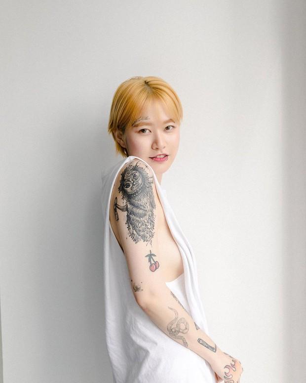 Nữ nghệ sĩ xăm dính tin hẹn hò Jungkook (BTS): Để tóc dài xinh và sexy bất ngờ, chính thức lên tiếng sau khi bị khủng bố - Ảnh 4.