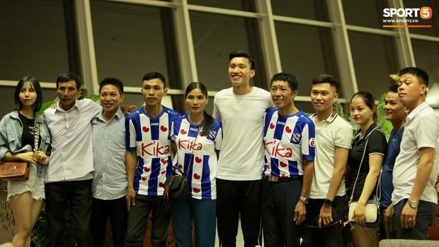 Quang Hải, Tiến Dũng cùng bố mẹ Văn Hậu lên sân bay tiễn cậu út lên đường sang Hà Lan lúc nửa đêm - Ảnh 10.