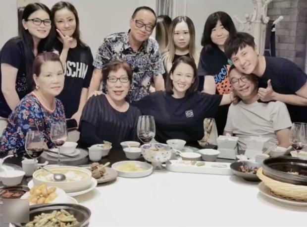 Ngày giỗ Kiều Nhậm Lương, Trần Kiều Ân sang nhà chăm sóc bố mẹ bạn thân khiến ai cũng cảm động trước tình bạn đẹp Cbiz - Ảnh 5.