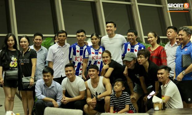 Quang Hải, Tiến Dũng cùng bố mẹ Văn Hậu lên sân bay tiễn cậu út lên đường sang Hà Lan lúc nửa đêm - Ảnh 6.