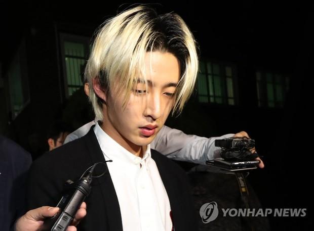 NÓNG: B.I (iKON) chính thức lộ diện sau 14 tiếng thẩm tra về ma túy với dáng vẻ gây sốc, thừa nhận một số cáo buộc - Ảnh 3.