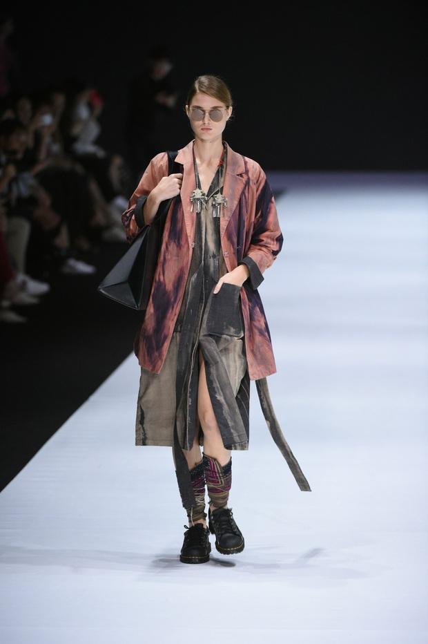 Những thiết kế gây ấn tượng của NTK Vũ Tá Linh tại Tuần lễ thời trang Hong Kong 2019 - Ảnh 5.