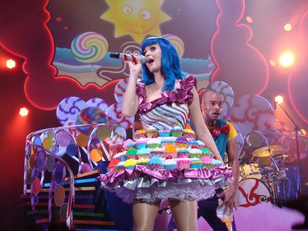 Những màn thay đồ chớp nhoáng của sao US-UK trên sân khấu: Trong khi Taylor Swift, Katy Perry phải vận hết công lực thì Jennifer Lopez đứng yên cũng ra hơn chục bộ váy - Ảnh 1.