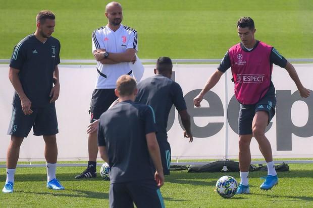 Bị các đồng đội quay đến chóng mặt, bạn của Ronaldo nổi điên, sút vào HLV, đạp tung biển quảng cáo - Ảnh 3.