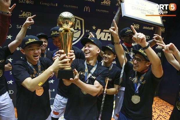 Người hâm mộ xúc động không nói thành lời, bật khóc hạnh phúc cùng dàn cầu thủ Saigon Heat trong ngày lập nên lịch sử tại VBA 2019 - Ảnh 7.