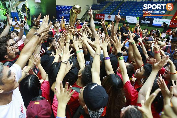 Người hâm mộ xúc động không nói thành lời, bật khóc hạnh phúc cùng dàn cầu thủ Saigon Heat trong ngày lập nên lịch sử tại VBA 2019 - Ảnh 10.